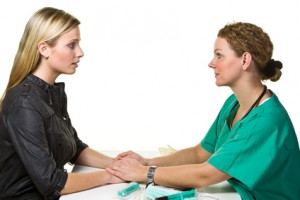 Bei Brustkrebssymptomen sollte ein Arzt aufgesucht werden.